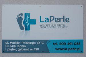 La-perle tablica informacyjna na budynku